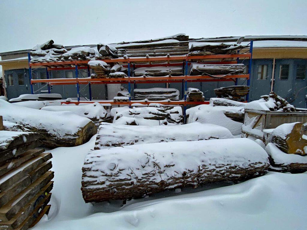 Holzplatz und Holzregal im Winterschlaf