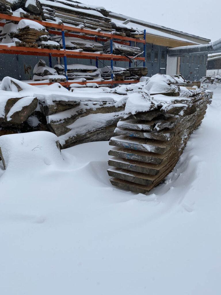 Holzstapel mit Schneehaube
