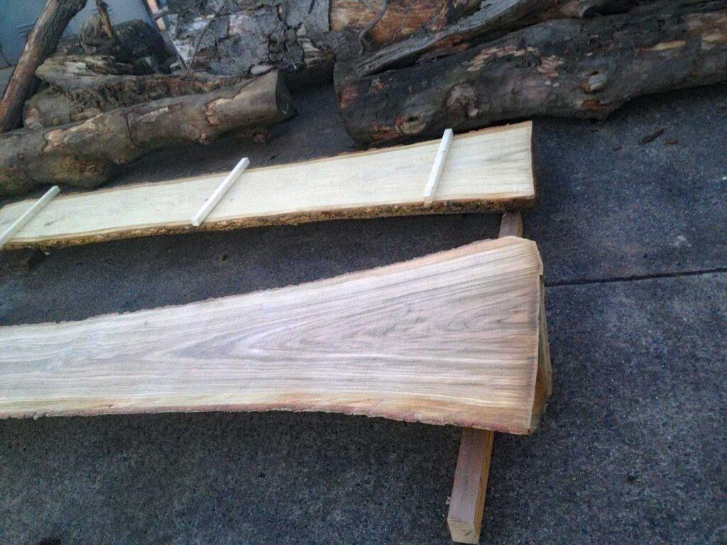 Rohe Eichenmassivholzbohlen im Sägewerk Stammstark